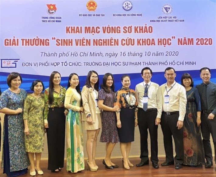 Giám đốc ĐHĐN tặng giấy khen cho các sinh viên và giảng viên có thành tích tiêu biểu trong hoạt động NCKH năm 2020